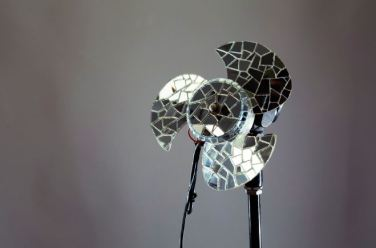 목적을 상실한 오브제, 240x160x240mm, 버려진 선풍기 및 유리거울 조각, 2014
